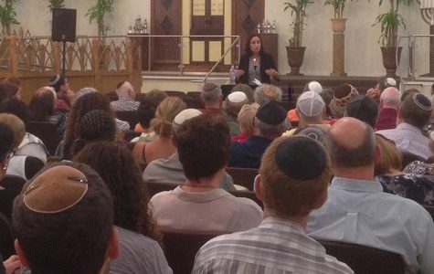 CROWD: Middle East expert Dr. Dalia Kaye of the Rand Corporation answers questions about the Iran Deal for about 150 people at B'nai David-Judea Aug. 16.