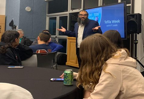 Sour candies, sweet Torah: Optional extra Gemara class draws freshmen
